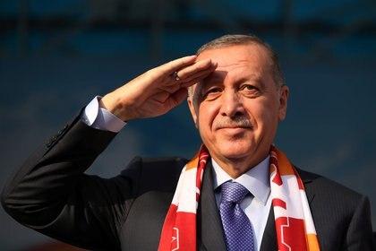 El presidente turco Recep Tayyip Erdogan hace el saludo militar durante un evento el sábado en Kayseri, Turquía (Reuters)