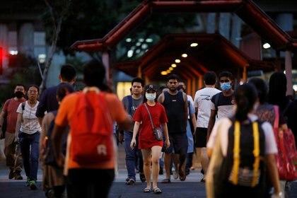People wear face masks during the outbreak of coronavirus disease (COVID-19) in Singapore, April 3, 2020. REUTERS/Edgar Su