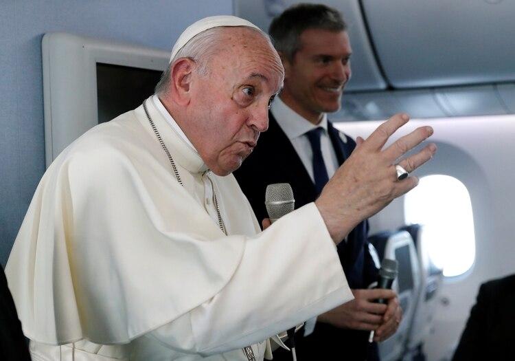 El papa Francisco conversó con periodistas en el vuelo de regreso de Japón (REUTERS/Remo Casilli/Pool)