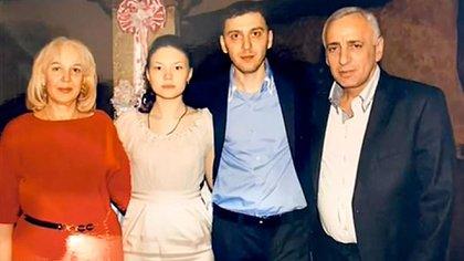 Malkhaz Dzhavoev, en el centro junto a su esposa el día de su casamiento (@Rossiya1)