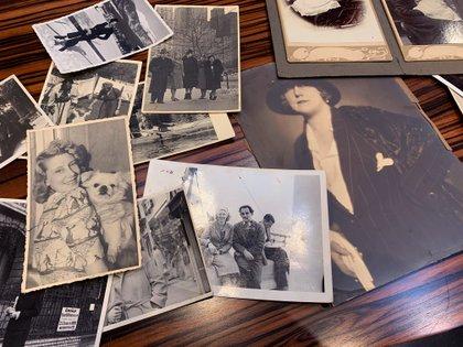 Varias de las fotografía familiares hasta ahora desconocidas de Kitty Schmidt, quien regentó el prostíbulo Salon Kitty, presuntamente un centro de espionaje creado por los nazis entre 1939 y 1942, que aparecen en el nuevo libro acerca del prostíbulo presentado hoy en Berlín. EFE/ Javier Alonso