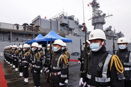 Soldados de la Marina Taiwanesa en la fragata Lan Yang (FFG-935) en Keelung, Taiwán, el 8 de marzo de 2021 (REUTERS/Ann Wang)