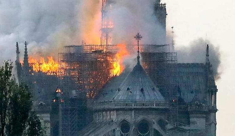 Los primeros reportes indican que el fuego se desató en la parte superior de la catedral (Foto: by FRANCOIS GUILLOT / AFP)