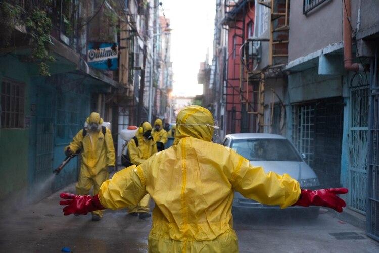 Brigada voluntaria de desinfección en la Villa 31 (Foto: Franco Fafasuli)