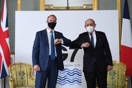El saludo del británico Dominic Raab y su homólogo francés Jean-Yves Le Drian (Reuters)