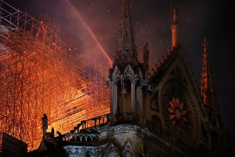 Los bomberos aseguraron que la estructura de la catedral está a salvo(REUTERS/Philippe Wojazer)