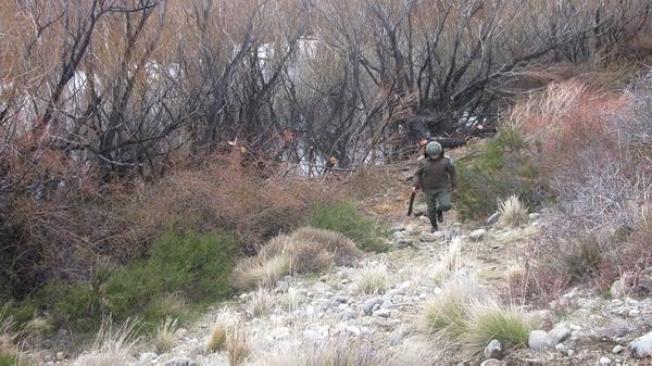 El gendarme Emmanuel Echazú vuelve de la orilla del río Chubut