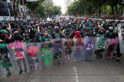 Las mujeres lograron robar unos escudos a la policía (Foto: Carlos Jasso / Reuters)