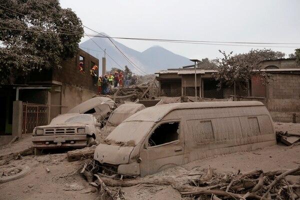 Rescatistas en San Miguel Los Lotes en Escuintla(Reuters/ Luis Echeverria)