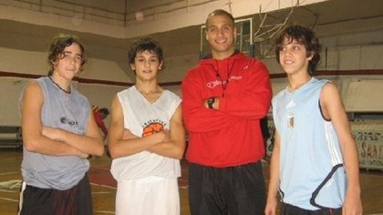 Luca Vildoza, el primero de la izquierda, un adolescente que jugó en las inferiores de Quilmes de Mar del Plata