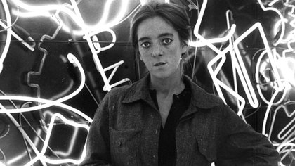 Marta Minujín en el túnel de neón de La Menesunda, en mayo de 1965 (Archivo Centro de Artes Visuales, Universidad Torcuato Di Tella)