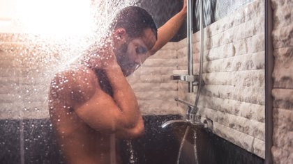 Según Andersson, reconocido neurólogo, es recomendable darse una ducha/baño de agua a temperatura corporal para relajarse antes de ir a la cama (Shutterstock)