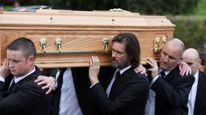 A casi 12 días del suicidio de su pareja, Jim Carrey participó de la inhumación del cuerpo de Cathriona White  (AP)