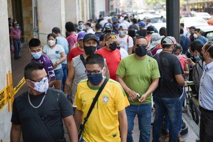 Foto de archivo de gente caminando en la calle después de que en Guayaquil se permitiera la reapertura de algunos negocios en medio de la panddemia de coronavirus.  May 20, 2020. REUTERS/Vicente Gaibor del Pino