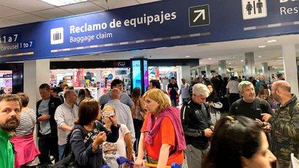 Crece el malestar entre los pasajeros que tras viajar varias horas aún no pudieron retirar su equipaje
