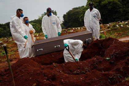 Trabajadores entierran a una víctima de covid-19, en el Cementerio Viola Formosa de Sao Paulo (Brasil). EFE/ Fernando Bizerra Jr/Archivo