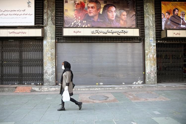 Una mujer iraní se protege del coronavirus en Teherán el 29 de febrero de 2020 (WANA /Nazanin Tabatabaee via REUTERS)