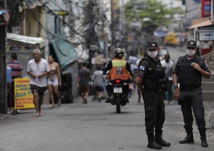 Policías con máscaras faciales vigilan la favela Rocinha en Río de Janeiro. REUTERS/Ricardo Moraes