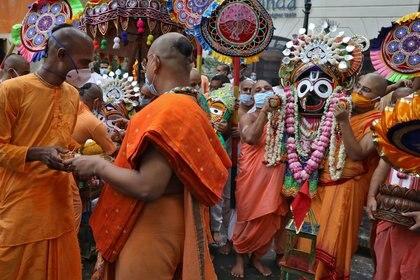 Monjes hindúes transportando la imagen del dios Jagannath durante una procesión en Kolkata, India. REUTERS/Rupak De Chowdhuri