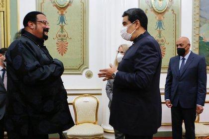 Steven Seagal visitó a Maduro y le regaló una espada samurai