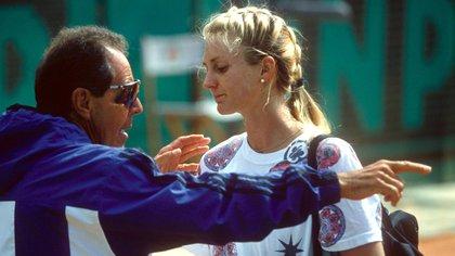 Nick Bollettieri con Mary Pierce en 1994 en París. El año anterior, el padre Jim fue expulsado del estadio por su mal comportamiento y la tenista rompió relaciones con su padre.