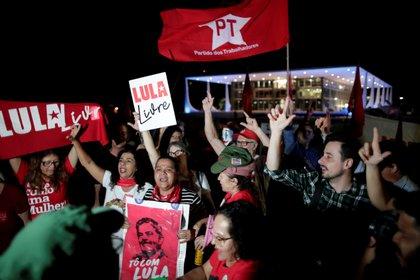 Seguidores de Lula en la puerta de la cárcel (REUTERS/Ueslei Marcelino/File Photo)