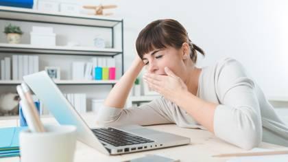 Tener menos actividad física de la habitual, perder rutinas diarias e inclusive estar menos expuestos a la luz natural atentan contra el buen descanso (Shutterstock.com)