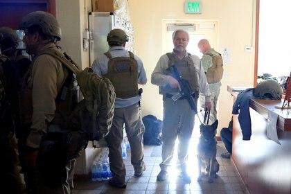 Oficiales de EEUU armados aguardan dentro de la sede diplomática acosada por seguidores del grupo terrorista Hezbollah y milicias aliadas