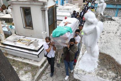Fabricantes advirtieron una pronta escasez de ataúdes ante aumento de muertes por COVID-19 EFE/Sáshenka Gutiérrez/Archivo