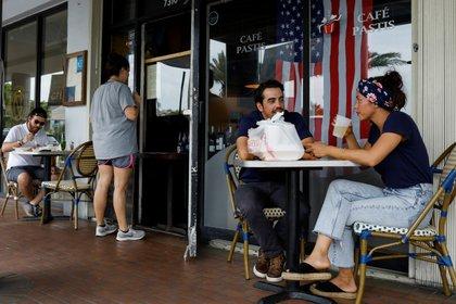Clientes en un restaurante de Miami Dade (Reuters)