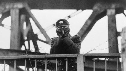Una miembro de las Grenztruppen, guardia de frontera de la República Democrática, observa desde su puesto de observación en el Muro de Berlín (Biblioteca del Congreso)