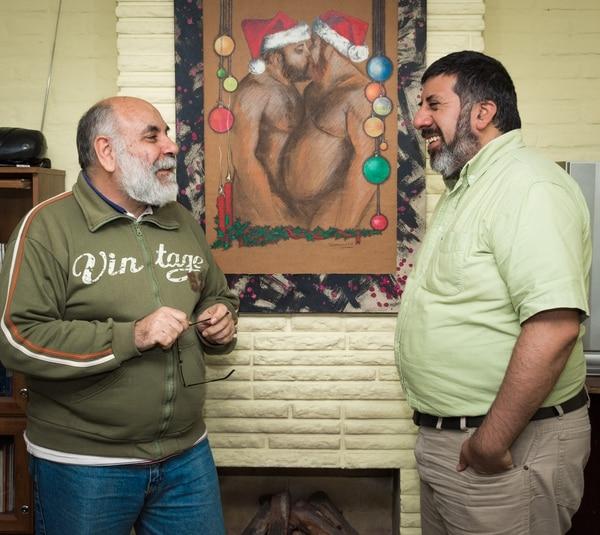 De fondo, una pareja de osos festeja navidad con un beso (Martín Rosenzveig)