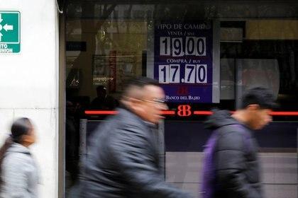 Hay que tener en mente también en revisar la tasa de interés que ofrecen las instituciones de crédito, donde las más comunes son las tasas de interés fijas (Foto: Reuters/Carlos Jasso)