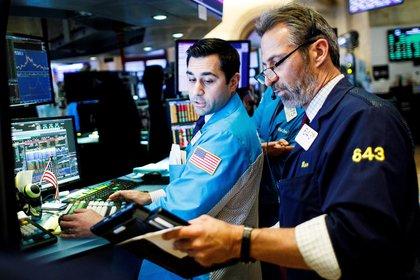 Corredores de bolsa trabajan en Wall Street. (EFE)