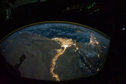 Las luces de El Cairo, Egipto se observan desde la Estación Espacial Internacional durante la Expedición 25 de la NASA