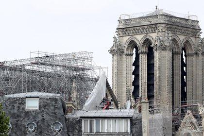 La crisis del coronavirus obligó a suspender las obras, que se han reanudado desde finales de abril. Eso, y algunos retrasos que ya se habían acumulado antes hacen más difícil cumplir el objetivo que se marcó el presidente francés, Emmanuel Macron, para que Notre Dame sea reconstruida en cinco años. (AP Photo/Thibault Camus)