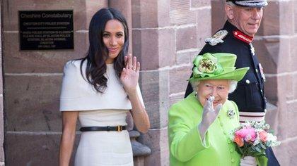 Isabel II con Meghan Markle durante un evento oficial (Shutterstock)