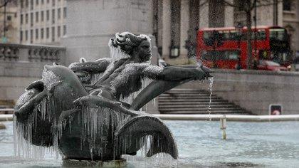 El frío congeló el agua de la fuente en la Plaza Trafalgar, en Londres (AP)