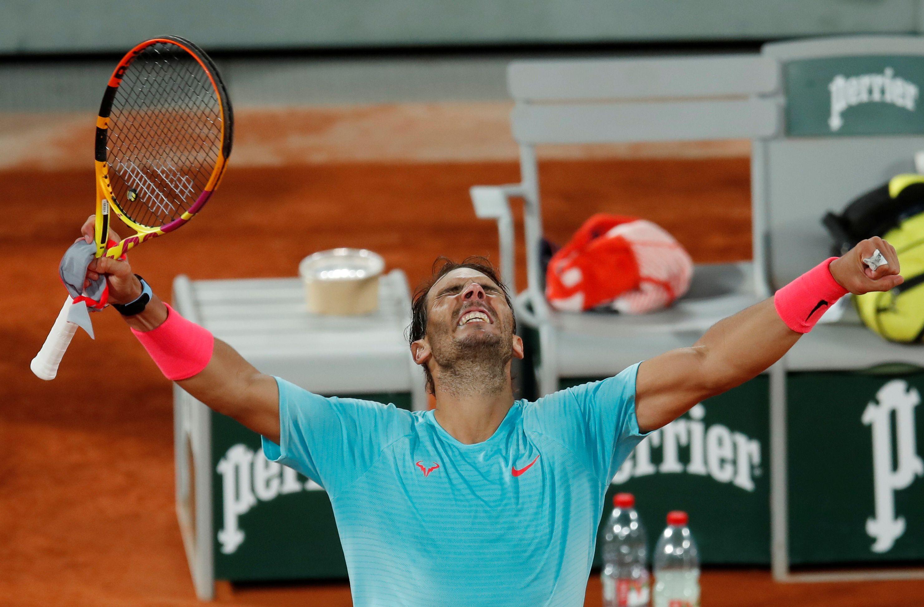Rafael Nadal celebra su triunfo ante el italiano Jannik Sinner que le permitió acceder a la decimotercera semifinal de Roland Garros de su carrera (REUTERS/Gonzalo Fuentes)