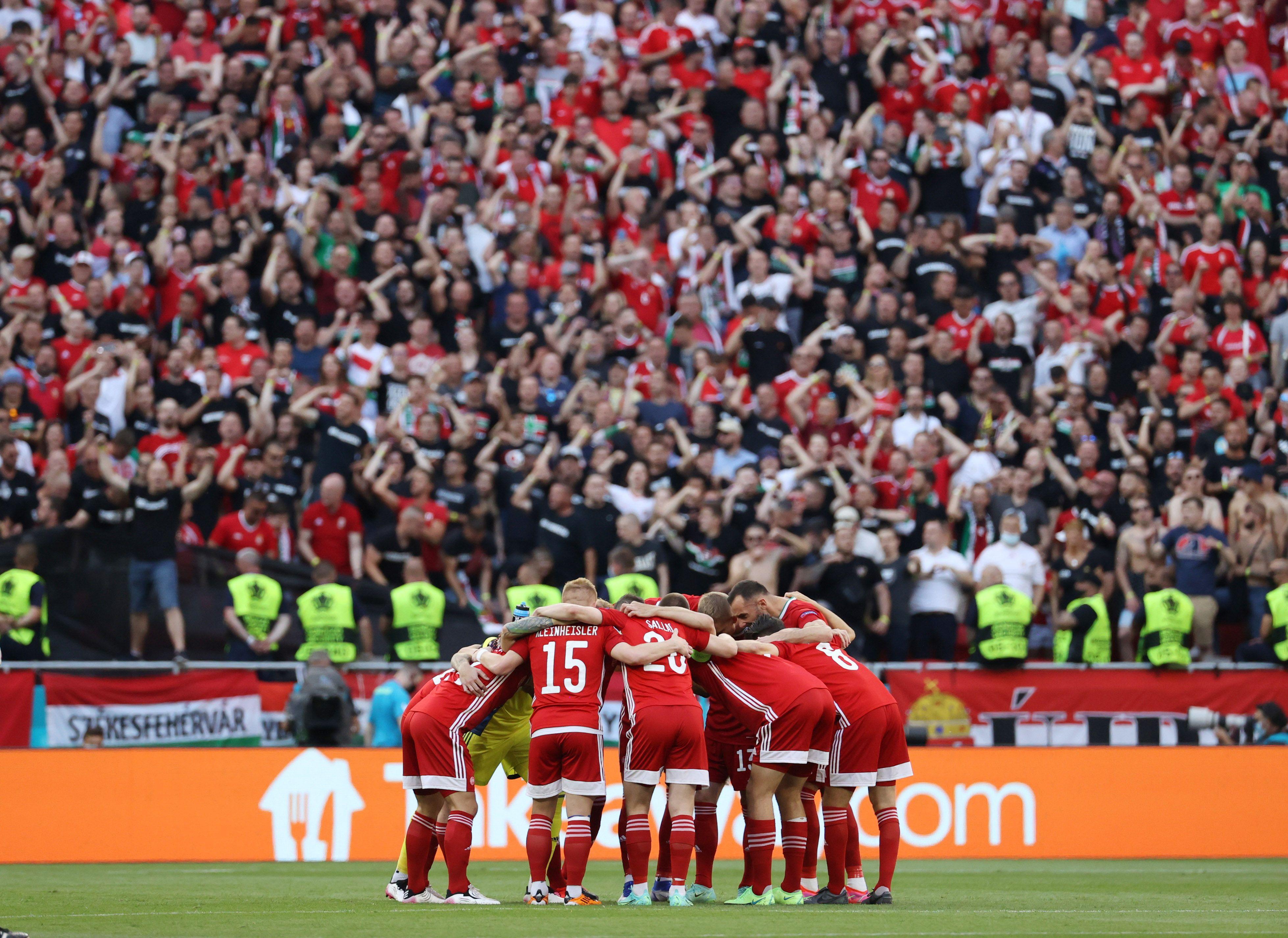 Última charla del equipo húngaro mientras recibe el apoyo total de un estadio repleto (Foto REUTERS)