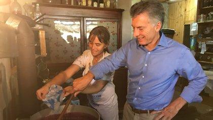 Mauricio Macri cocinando mermelada en la localidad de La Criolla, Entre Rios