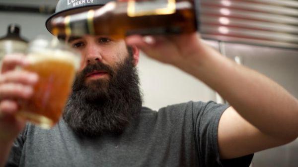 Conoce al hombre que elabora una deliciosa cerveza amarga con hormigas