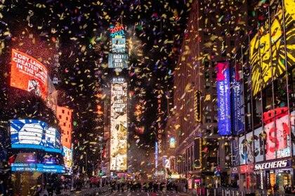 Confetti vuela alrededor de la esfera del reloj durante la cuenta regresiva en Times Square en el evento virtual de Año Nuevo luego del brote de coronavirus en Manhattan-Nueva York