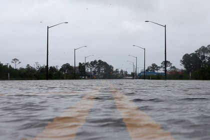 A flooded road is pictured during Hurricane Sally in Gulf Shores, Alabama, U.S., September 16, 2020.   Una carretera inundada por el Huracán Sally en Alabama. Foto: REUTERS/Jonathan Bachman
