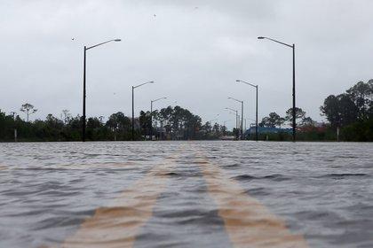 A flooded road is pictured during Hurricane Sally in Gulf Shores, Alabama, U.S., September 16, 2020. Una carretera inundada por el Huracán Sally en Alabama. Foto: REUTERS/Jonathan Bachman