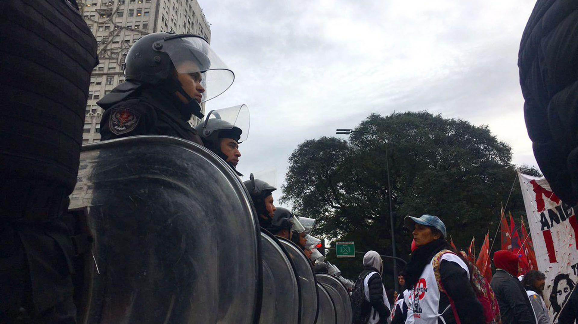 Postal de la mañana del jueves, entre manifestantes y la Policía de la Ciudad (@bagliettoc)