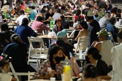 Las 60 mesas fueron compartidas por las personas, que celebraron en paz la Navidad (Foto: Franco Fafasuli)