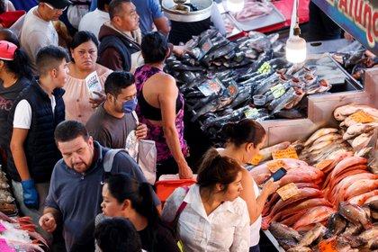 Decenas de personas realizan compras en el mercado de pescados y mariscos La Nueva Viga durante días de Cuaresma a pesar de la pandemia de coronavirus. (Foto: José Méndez/EFE)