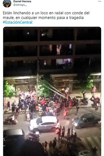 En la foto se ve cómo casi un centenar de personas acorralan a un sujeto acusado de robo en plena calle de Santiago