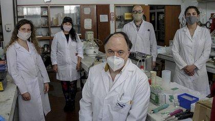 El grupo de científicos de CINDEFI (Télam)
